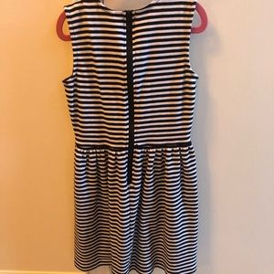 Black/White Dress-Size 10-12 but fits like a 7-8